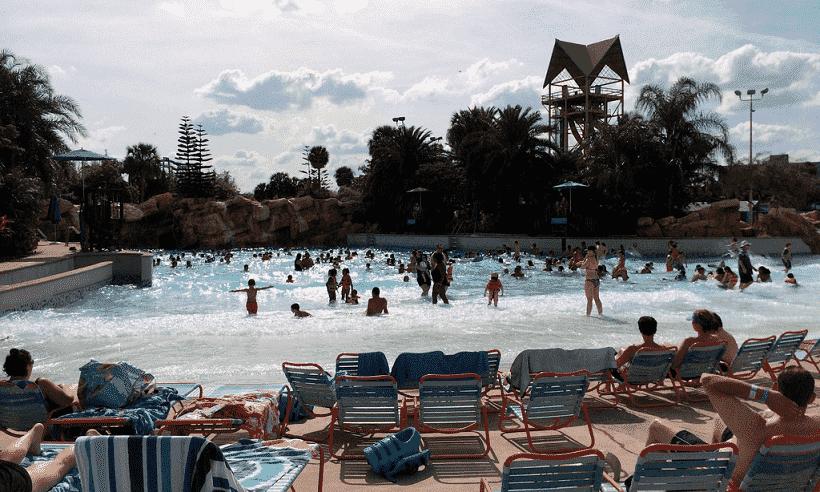 Piscinas de ondas artificiais no Aquatica em Orlando