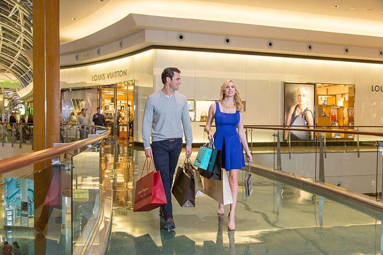 Casal faz compras em shopping de Orlando