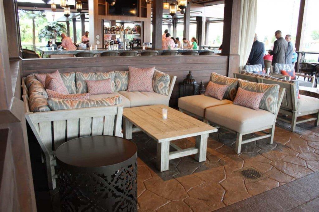 Interior do restaurante Three Bridges Bar & Grill at Villa del Lago em Orlando