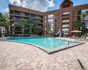 Vista da piscina do Hotel Clarion Inn Lake Buena Vista em Orlando